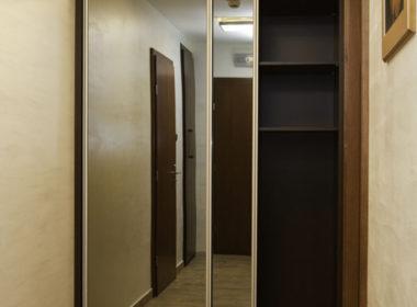 Szafa z drzwiami przesuwnymi z lustrami