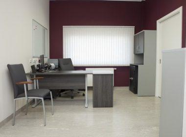 meble biurowe biurko na stelażu metalowym z kontenerem dostawionym do blatu biurka