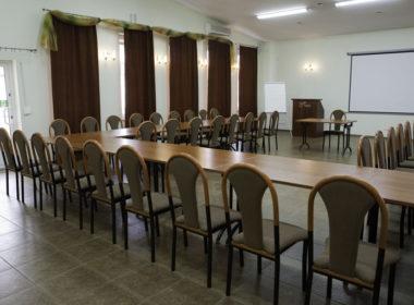 wyposażenie sali konferencyjnej - stoły i krzesła konferencyjne