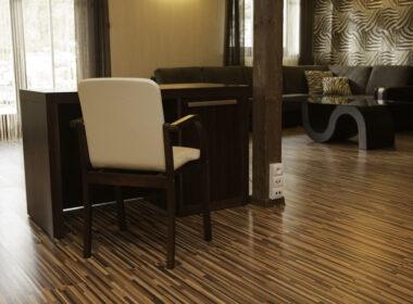 biurko i krzesło hotelowe