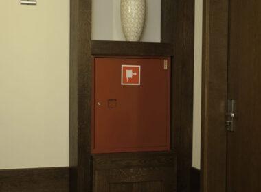 regał drewniany, zabudowa systemu przeciwpożarowego