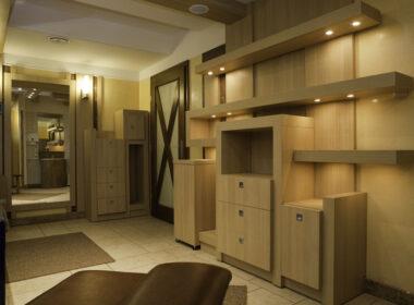 komoda i półki drewniane